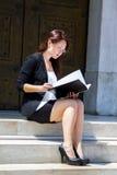 Ung och härlig kvinnaaffärsman Royaltyfri Foto