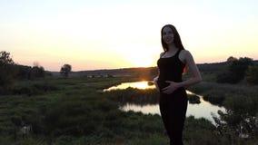 Ung och härlig kvinnadans på solnedgången arkivfilmer