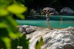 Ung och härlig lycklig kvinna i klänningen som står vattnet av den Lycian vägen fotografering för bildbyråer