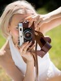Ung och härlig mamma som tar bilder av dottern Royaltyfri Bild