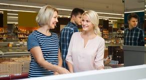 Ung och medelålders kvinnablondin som gör shopping i en supermark arkivbild