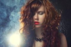 Ung och sexig kvinna i rök Arkivbilder