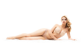 Ung och sexig kvinna som kopplar av i erotisk ljus damunderkläder Fotografering för Bildbyråer