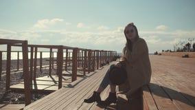Ung och stilfull flicka på stadsstranden arkivfilmer
