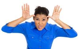 Ung ohyfsad kvinna som ut klibbar tungan Arkivbild