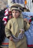 Ung omani pojke i traditionella kläder Arkivbild