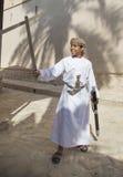 Ung omani pojke med ett svärd Royaltyfria Bilder