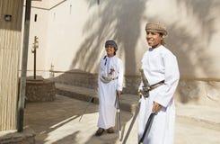 Ung omani pojke med ett svärd Arkivbilder