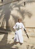 Ung omani pojke med ett svärd Arkivbild