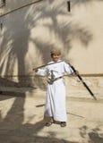 Ung omani pojke med ett svärd Royaltyfria Foton