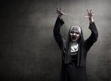 Ung ond asiatisk kvinnanunnaskräck arkivbilder