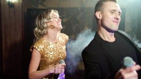 Ung pardans och sjunga p? ett parti lager videofilmer