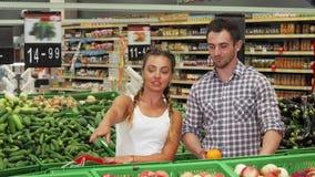 Ung parshopping för livsmedel på supermarket arkivfilmer