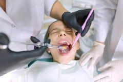 Ung patient i tand- stol Medicin-, tandläkekonst- och sjukvårdbegrepp royaltyfria foton