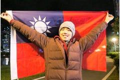 Ung patriotisk maninnehavflagga av Taiwan royaltyfri foto
