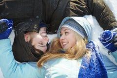 Ung peolple på insnöad vinter Arkivbild