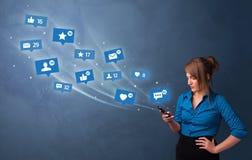 Ung person som anv?nder telefonen med socialt massmediabegrepp arkivfoto