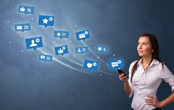 Ung person som anv?nder telefonen med socialt massmediabegrepp royaltyfri illustrationer