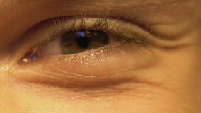 Ung person som har fattig vision som skelar ögon, oftalmologi, extrem närbild lager videofilmer