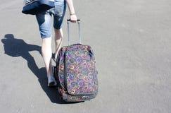 Ung person som rullar en resväska, detalj Royaltyfri Fotografi