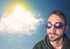 Ung person som ser med solglasögon på moln och solen Royaltyfri Foto