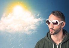 Ung person som ser med solglasögon på moln och solen Royaltyfri Bild