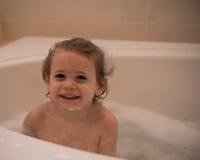 Ung pojke i en bubbelbad Fotografering för Bildbyråer
