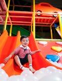 Ung pojke i inomhus lekplats fotografering för bildbyråer