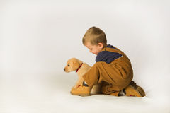 Ung pojke med valpen Arkivbild