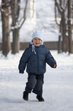 Ung pojke i snö Arkivbilder