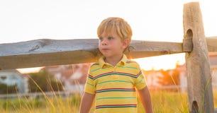 Ung pojke i sommarljus Fotografering för Bildbyråer