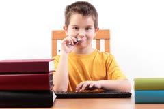 Ung pojke med böcker Arkivfoton