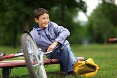 Ung pojke med cykeln Arkivbilder