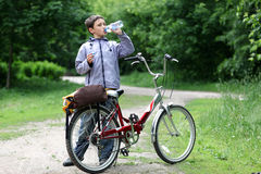Ung pojke med cykeln Arkivfoton