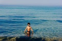 Ung pojke med dykningmaskeringen i vatten royaltyfria foton