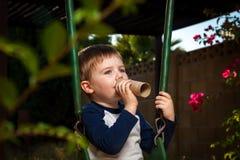 Ung pojke med en inbillad trumpet Royaltyfria Foton