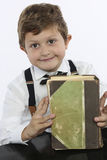 Ung pojke med en stor gammal bok Arkivbilder