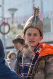 Ung pojke med en traditionell hatt för stor bulgarisk päls royaltyfria bilder