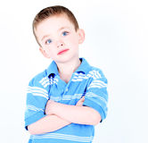 Ung pojke med isolerade armar som korsas Royaltyfria Bilder