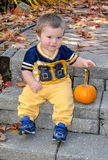 Ung pojke med pumpa Royaltyfria Foton