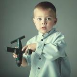 Ung pojke med träflygplan Arkivfoton