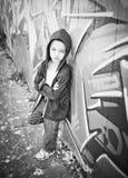 Ung pojke mot grafittiväggen Arkivfoton