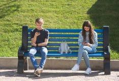 Ung pojke och flicka djupt in i virtuell verklighet royaltyfri foto
