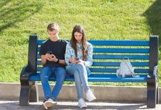 Ung pojke och flicka djupt in i virtuell verklighet royaltyfria foton