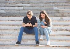 Ung pojke och flicka djupt in i virtuell verklighet royaltyfria bilder