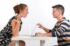 Ung pojke och flicka med datoren Fotografering för Bildbyråer