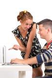Ung pojke och flicka med datoren Arkivbild