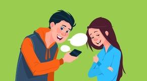 Ung pojke och flicka som talar för Smart för hållande cell samkvämmen Media Communication telefon vektor illustrationer