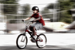 Ung pojke på cykeln Arkivfoto