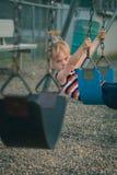 Ung pojke på gunga Arkivbild